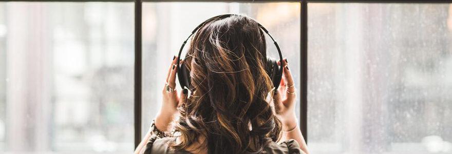 Femme avec un casque de musique